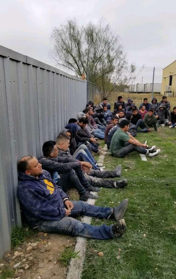 Agentes de las fuerzas del orden liberaron a 37 inmigrantes indocumentados de un tráiler. Photo: Foto De Cortesía /Departamento De Policía De Laredo