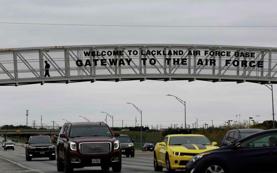 Un transeúnte utiliza un puente que conduce a la principal entrada de la Base Lackland de la Fuerza Aérea en San Antonio, Texas, el miércoles 5 de febrero de 2020. Photo: Eric Gay /Associated Press / Copyright 2020 The Associated Press. All rights reserved.