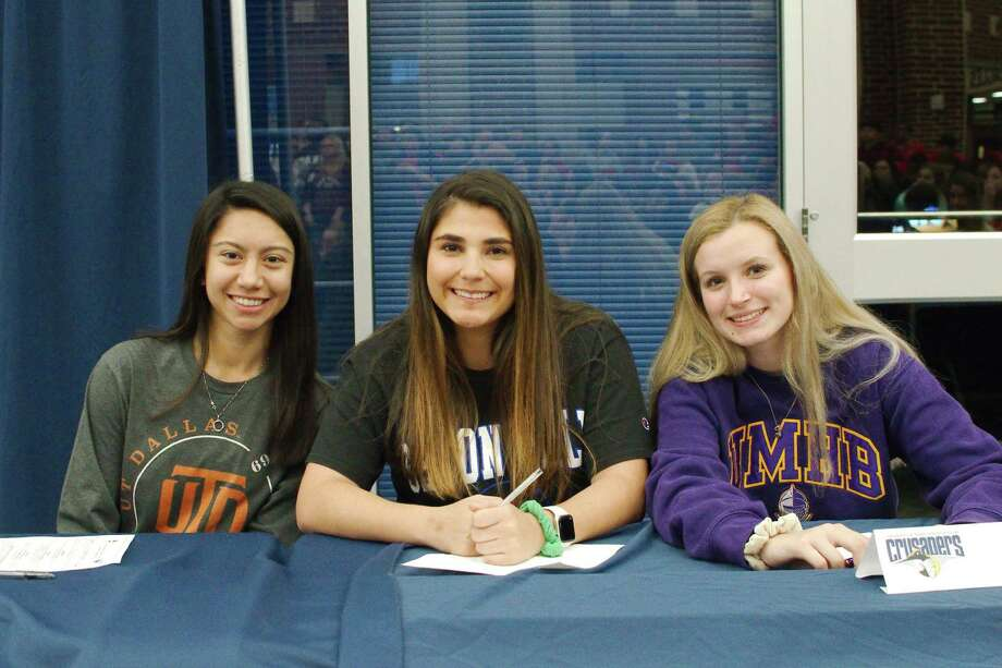 Dawson softball players (left to right) signing national collegiate letters of intent are Alexia Mullen, University of Texas Dallas; Sydney Franco, Seton Hall; and Addie Cox, University of Mary Hardin-Baylor. Photo: Kirk Sides / Staff Photographer / © 2020 Kirk Sides / Houston Chronicle