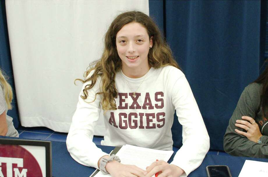 Dawson swimmer Sarah Szklaruk Traipe signed a national letter of intent to attend Texas A&M University. Photo: Kirk Sides / Staff Photographer / © 2020 Kirk Sides / Houston Chronicle