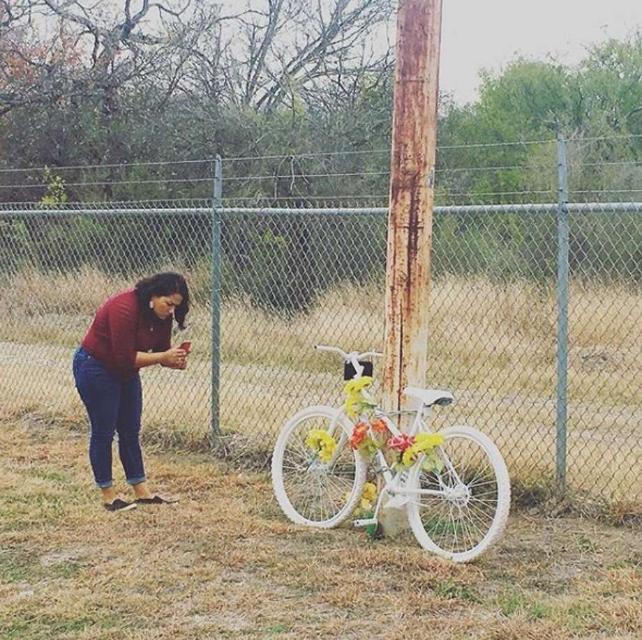 After experiencing many devastating losses in her life, Lynn Blanco Pérez, 41, started a ritual where she stops and pays her respects at any memorial site she finds on highways or roads, and sometimes even cemeteries.  Photo: Lynn Blanco Pérez