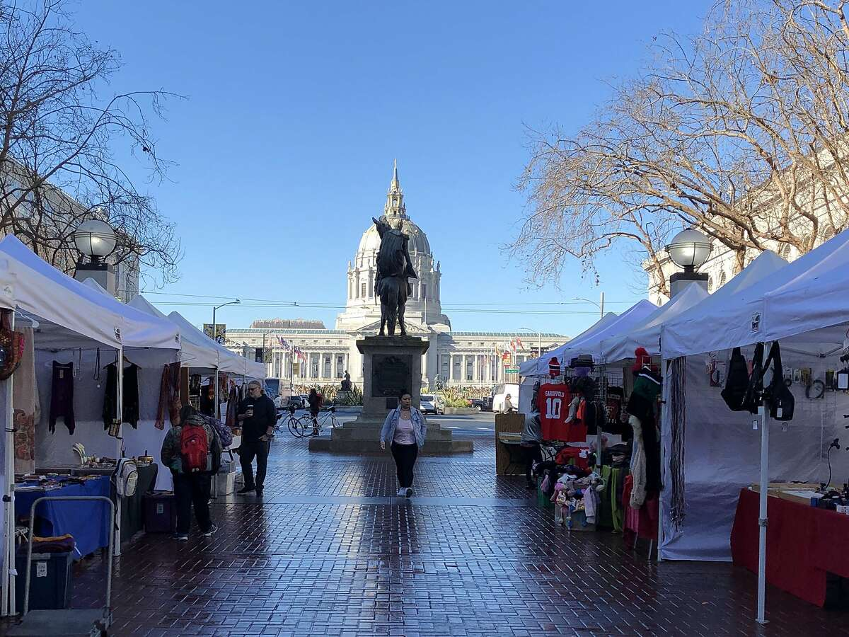 Heart of the city farmers market and statue of Simon Bol�var u.n. Plaza