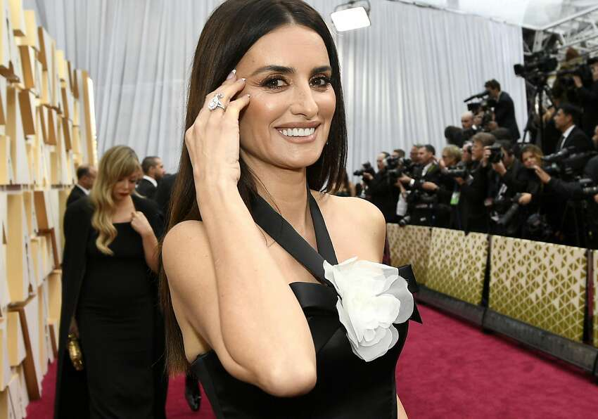 Penelope Cruz wears Chanel on the Academy Awards red carpet. At 900 feet, it was the longest red carpet in Oscar history.