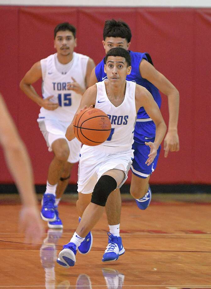 Junior guard Bobby Meza is averaging 12 points per game this season for Cigarroa. Photo: Cuate Santos /Laredo Morning Times / Laredo Morning Times