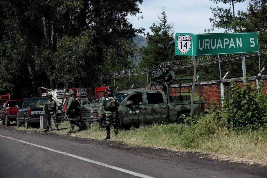 En esta fotografía del 6 de febrero de 2020, miembros de la Guardia Nacional mexicana vigilan una carretera con dirección a Uruapan, en el estado de Michoacán, México. Photo: Marco Ugarte /Associated Press / Copyright 2020 The Associated Press. All rights reserved.