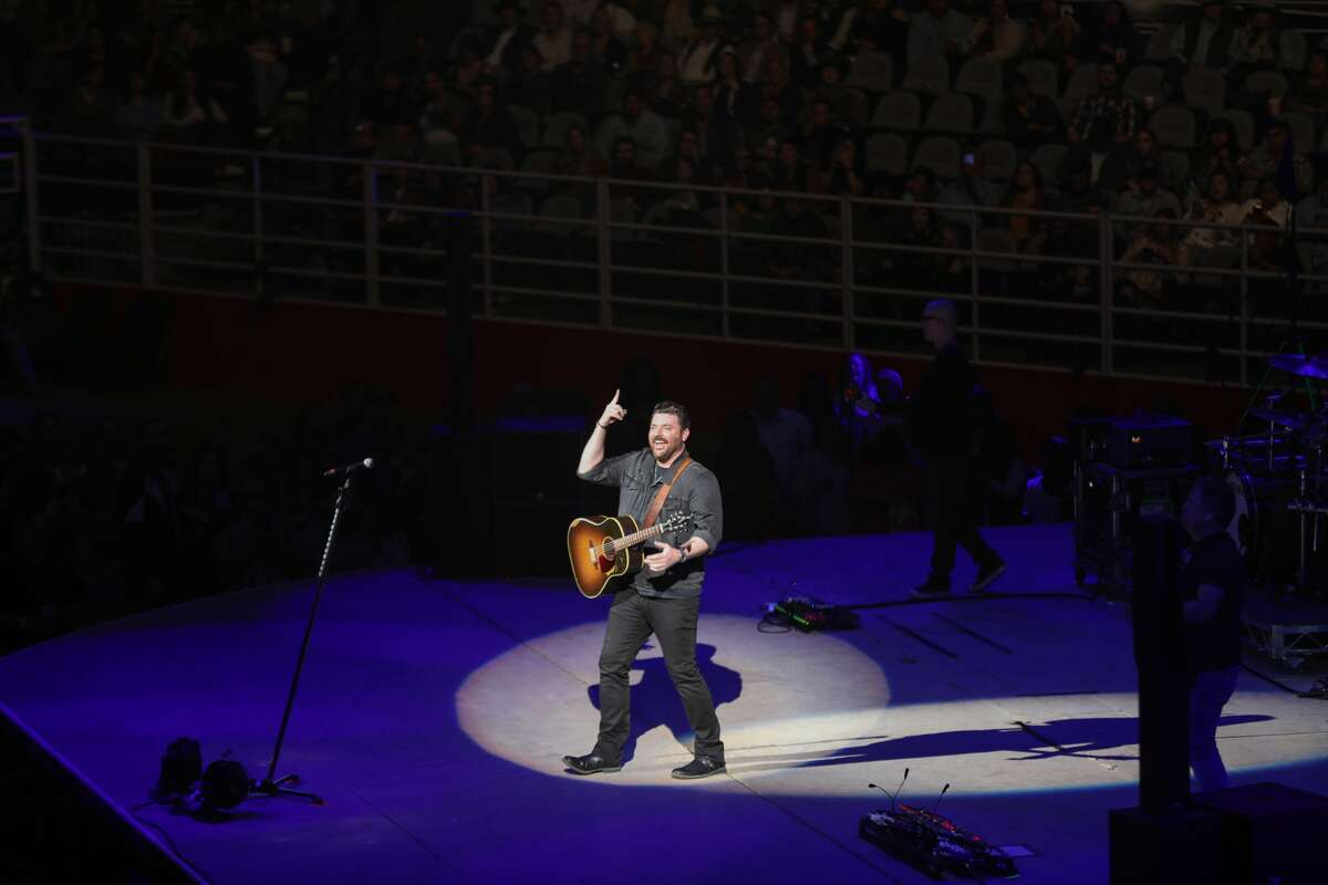 Country singer Chris Young gave a shoutout to his Alamo City fans on Twitter Monday after they re-created a scene from his