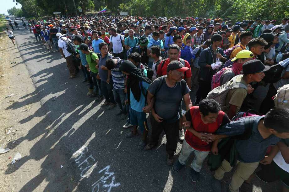 Migrantes forman una cadena sujetándose por los brazos en una carretera hacia Tapachula, México, el 23 de enero de 2020. Photo: Marco Ugarte /Associated Press / Copyright 2020 The Associated Press. All rights reserved