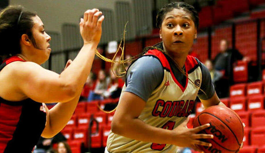 SIUE's Mikayla Kinnard (right), shown in a game earlier this season, scored 20 points in the Cougars' overtime loss to Eastern Illinois Thursday in Charleston. Photo: SIUE Athletics