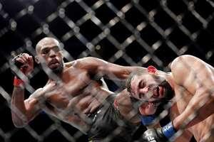 Jon Jones (der.) venció a Dominick Reyes en el Toyota Center de Houston, en la pelea estelar de la UFC 247.