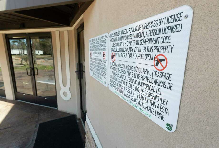 A sign notifies visitors forbidding open carry of handguns at the Islamic Center of The Woodlands, Thursday, Feb. 13, 2020, in The Woodlands. Photo: Jason Fochtman, Houston Chronicle / Staff Photographer / Houston Chronicle © 2020