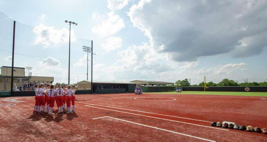 The Splendora Ladycats huddle on the field before game two of a Region III-4A semifinal softball series Friday, May 17, 2019 at Madisonville High School in Madisonville. Photo: Cody Bahn, Houston Chronicle / Staff Photographer / © 2018 Houston Chronicle