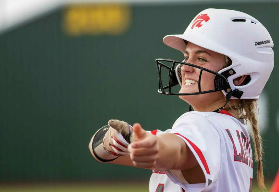 Splendora second baseman Shaelyn Sanders (4) points toward the dugout after hitting a single during game two of a Region III-4A semifinal softball series Friday, May 17, 2019 at Madisonville High School in Madisonville. Photo: Cody Bahn, Houston Chronicle / Staff Photographer / © 2018 Houston Chronicle