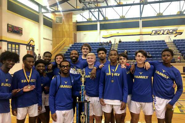 The Hamshire-Fannett boys basketball team poses for a picture.