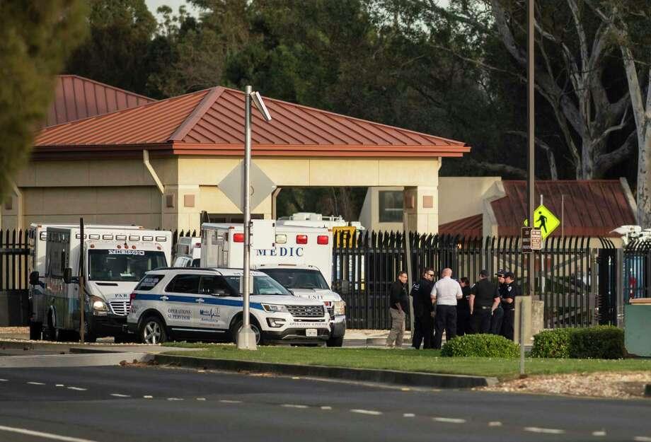 Un grupo de ambulancias de la cooperativa Solano EMS, estacionadas en el centro de visitantes de la base aérea Travis, anexa a Fairfield, California, el domingo 16 de febrero de 2020. Photo: Hector Amezcua /Associated Press / COPYRIGHT 2020 The Associated Press. All Rights reserved.