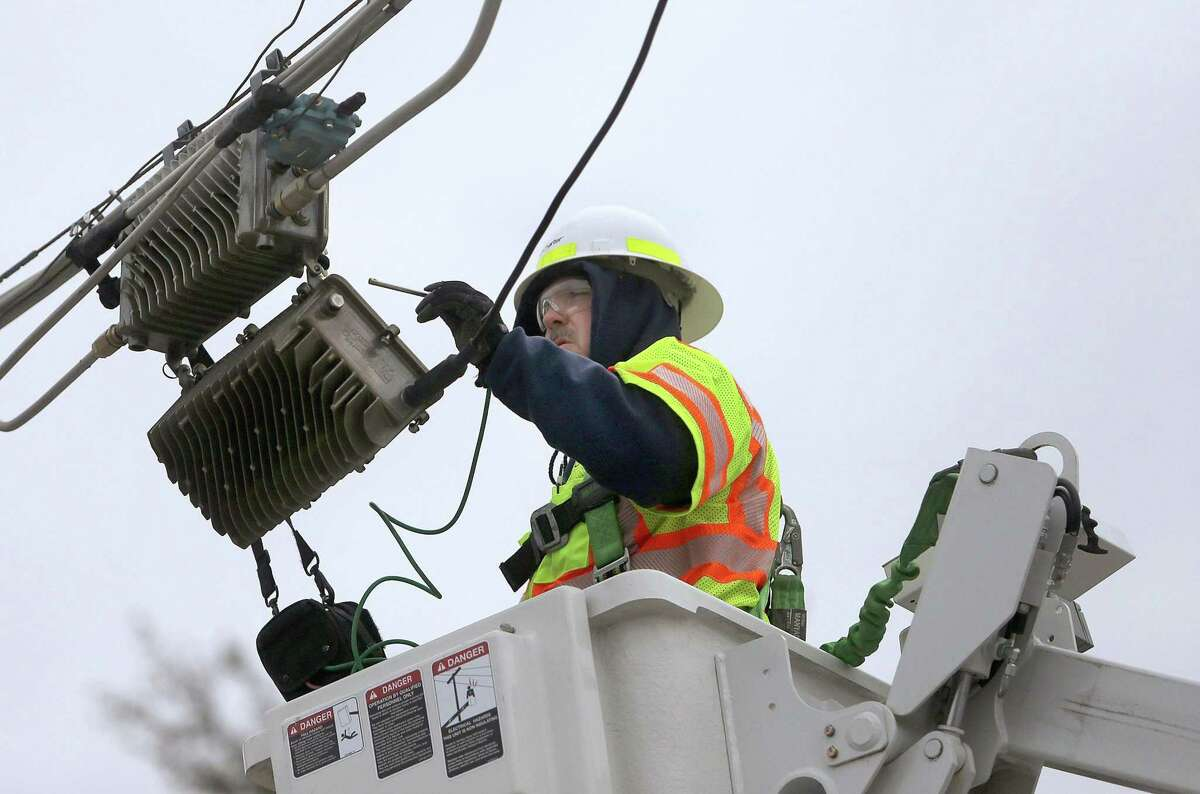 Charter Communications lead system technician Jim Norris looks for noise interference in an overhead cable line, Jan. 17, 2014, in Overland, Mo. (Stephanie S. Cordle/St. Louis Post-Dispatch/MCT)