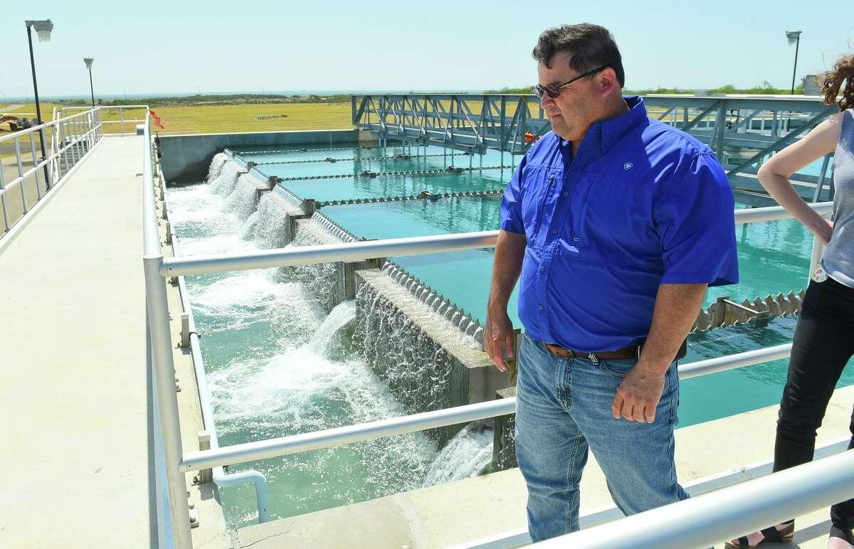 ARCHIVO- El Supervisor de Tratamiento de Agua, Tony Moreno, ofrece un recorrido por un embalse que trata el agua cruda en la Planta de Tratamiento de Agua El Pico el martes 2 de mayo de 2017.
