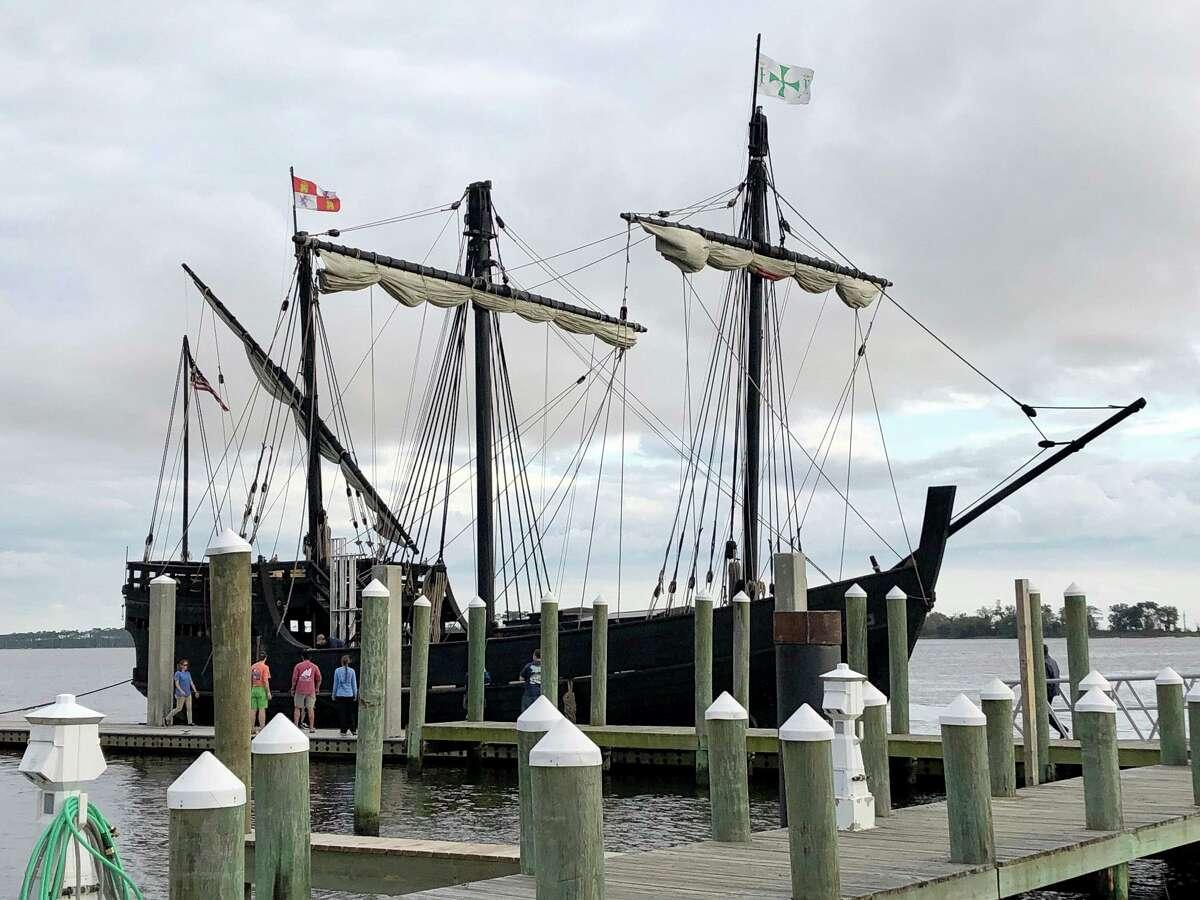 Unas personas observan la réplica de uno de los barcos de Cristóbal Colón, la Pinta, el miércoles 19 de febrero de 2020, en Biloxi, Mississippi.