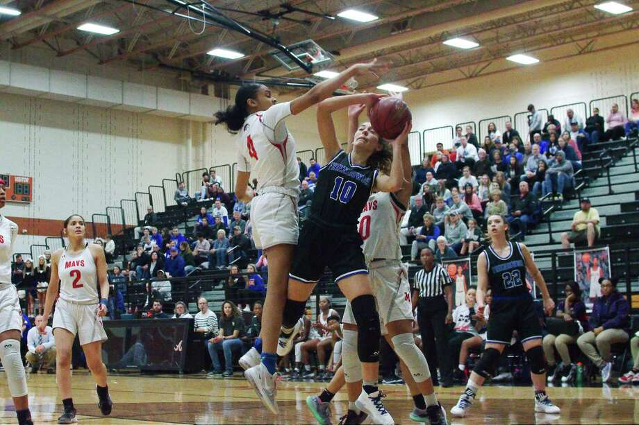 Friendswood's Nicole Nash (10) finds congestion between Manvel's Milan Jackson (4) and Jordyn Marshall (0) Friday at Alvin High School. Photo: Kirk Sides / Staff Photographer / © 2020 Kirk Sides / Houston Chronicle
