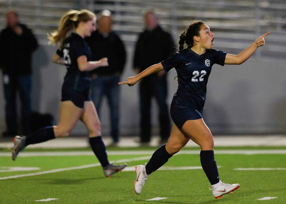 College Park's Mia Summers (22) is one of many returning letterwinners for the Cavaliers in 2021. Photo: Jason Fochtman, Houston Chronicle / Staff Photographer / Houston Chronicle © 2020