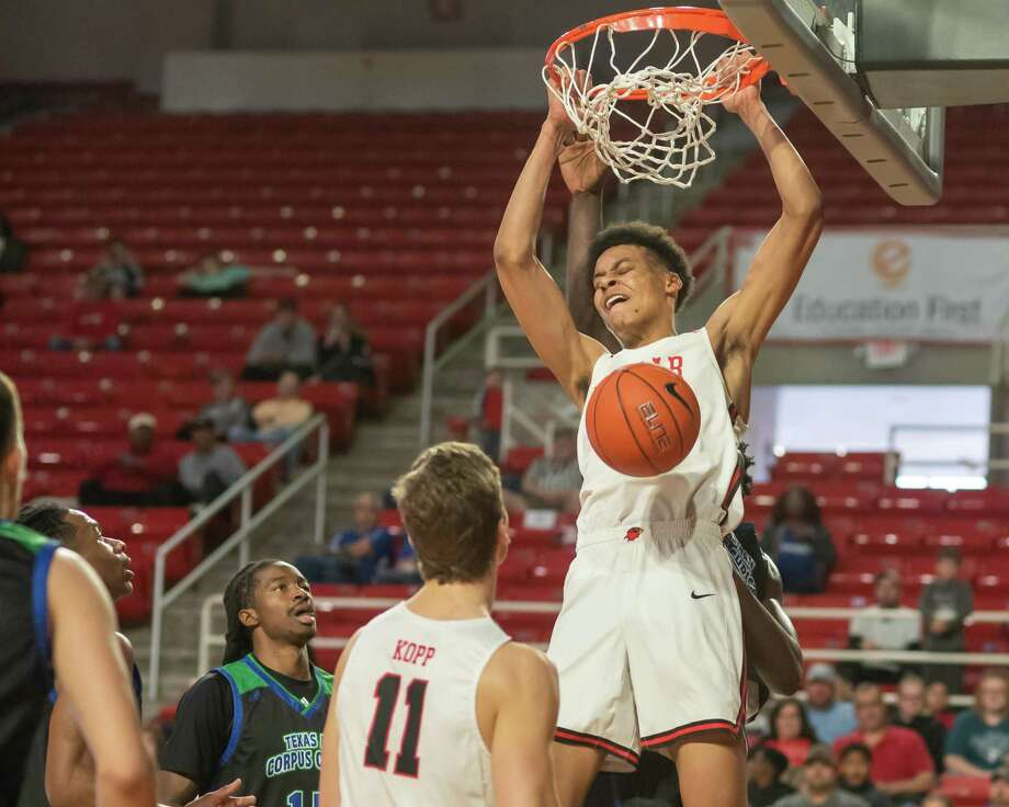 David Muoka (0) stuffs the ball for two in the first half as the Cardinals of Lamar battled the Islanders of Texas A&M-Corpus Christi on Saturday, February 22, 2020. Fran Ruchalski/The Enterprise Photo: Fran Ruchalski/The Enterprise / 2019 The Beaumont Enterprise