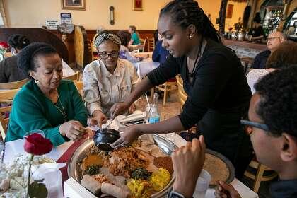 Lwam Tadel serviert Debie (von links nach rechts), Geni und Yohan am Donnerstag, den 20. Februar 2020 in San Jose, Kalifornien, ein Lammgericht, Ye Beg Tibs, Debie (von links nach rechts), Geni und Yohan. Die Gäste stammen ursprünglich aus Äthiopien aber jetzt leben in der Bay Area.