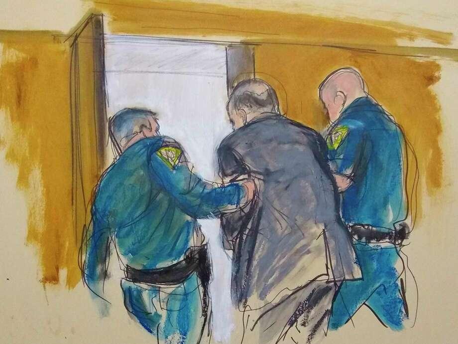 En este boceto de la corte, Harvey Weinstein, al centro, es conducido afuera del Tribunal Supremo de Manhattan por oficiales de la corte después que un jurado lo encontró culpable de violación y agresión sexual, el lunes 24 de febrero de 2020 en Nueva York. El jurado no lo encontró culpable de cargos más graves, agresión sexual predatoria, que habría nresultado en una sentencia de cadena perpetua en Nueva York. Photo: Elizabeth Williams /Associated Press / FR142054 AP