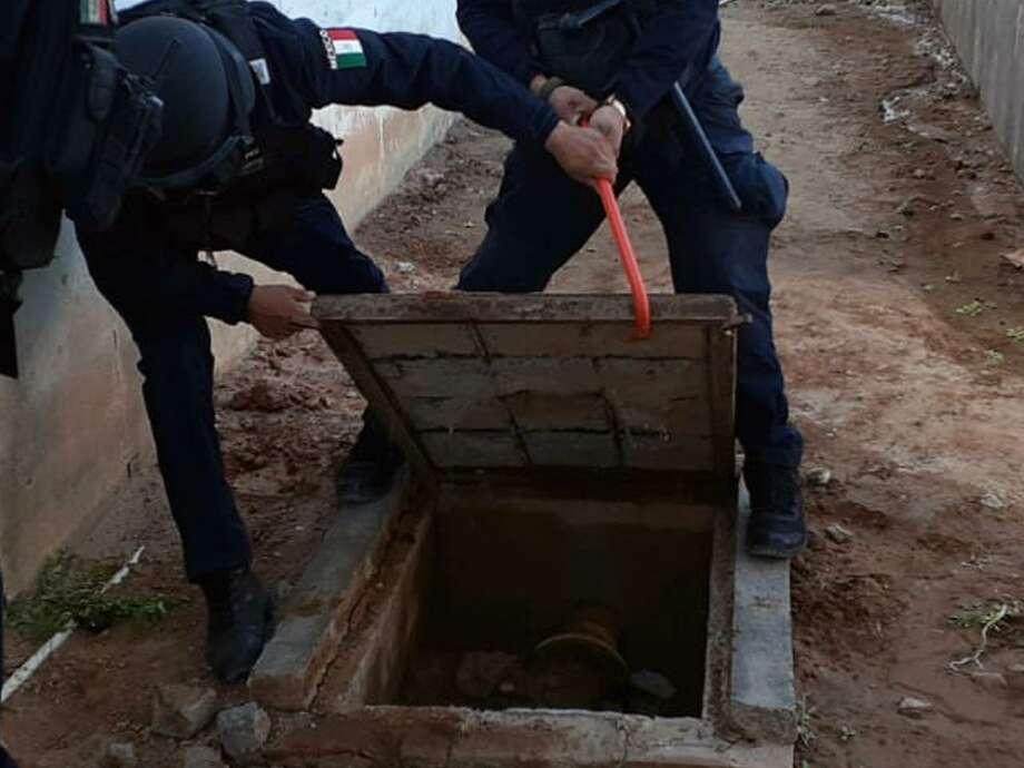 Autoridades de las fuerzas del orden estatales y federales catearon el centro de ejecución de sanciones en Nuevo Laredo el miércoles. Photo: /