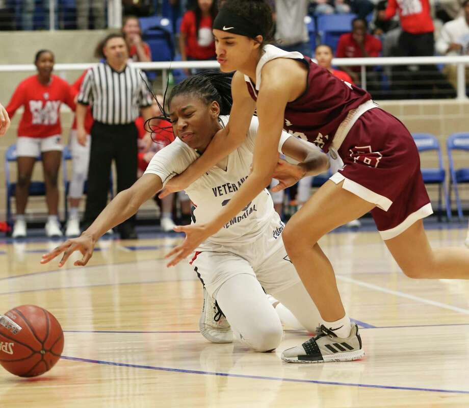 San Antonio Veterans Memorial's Sahara Jones (23) and Flour Bluff's Kennedy Curtis (04) tangle for a loose ball during their Region IV-5A semifinal game on Friday, Feb. 28, 2020. The Patriots defeated the Hornets, 35-31, to advance to the regional final game. Photo: Kin Man Hui, San Antonio Express-News / Staff Photographer / **MANDATORY CREDIT FOR PHOTOGRAPHER AND SAN ANTONIO EXPRESS-NEWS/NO SALES/MAGS OUT/ TV OUT