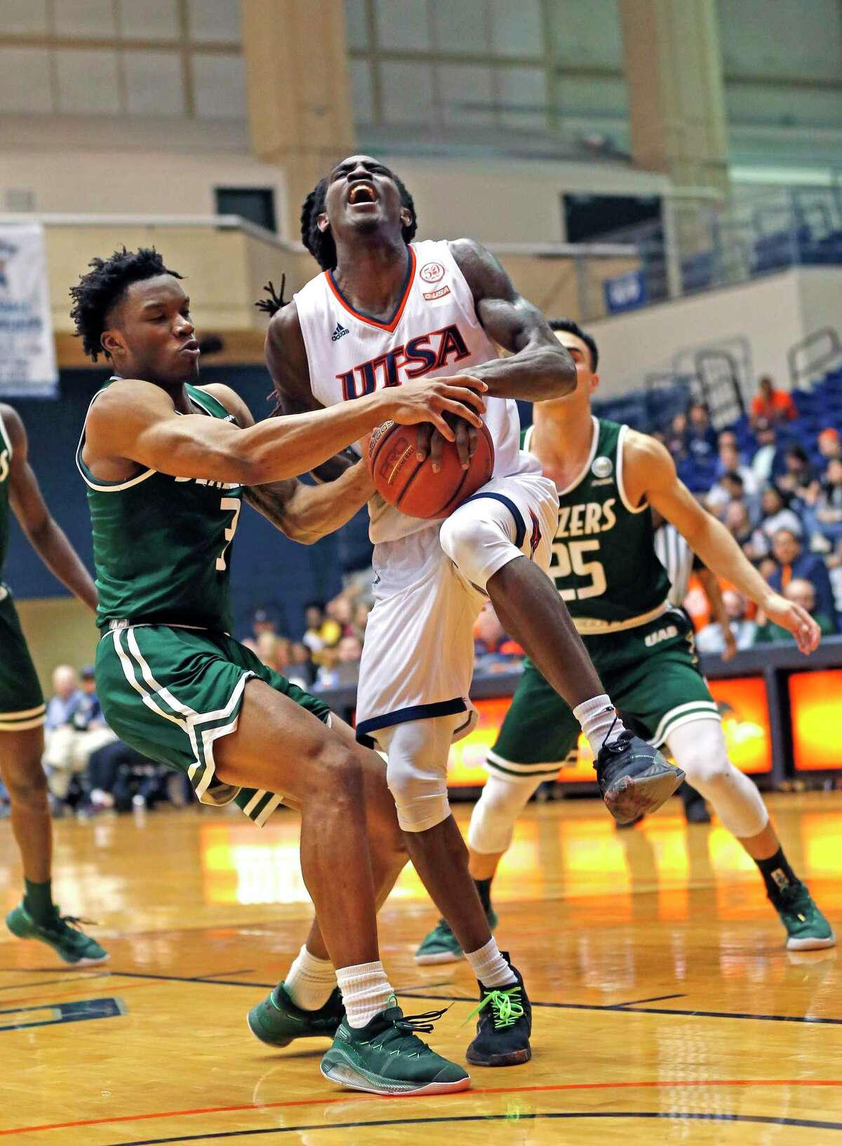 UTSA's Keaton Wallace, center, averaged 18.5 points per game and was a second-team pick in Conference USA, but he has struggled this season to match his output from last season. He averaged 20.2 points in 2018-19.