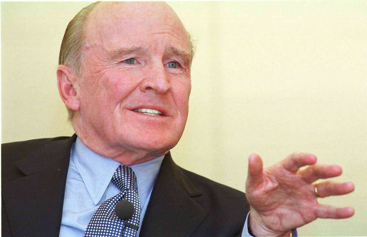 General Electric Co. chief executive Jack Welch addresses graduating students during Class Day at the Harvard Business School in Boston, June 6, 2001.