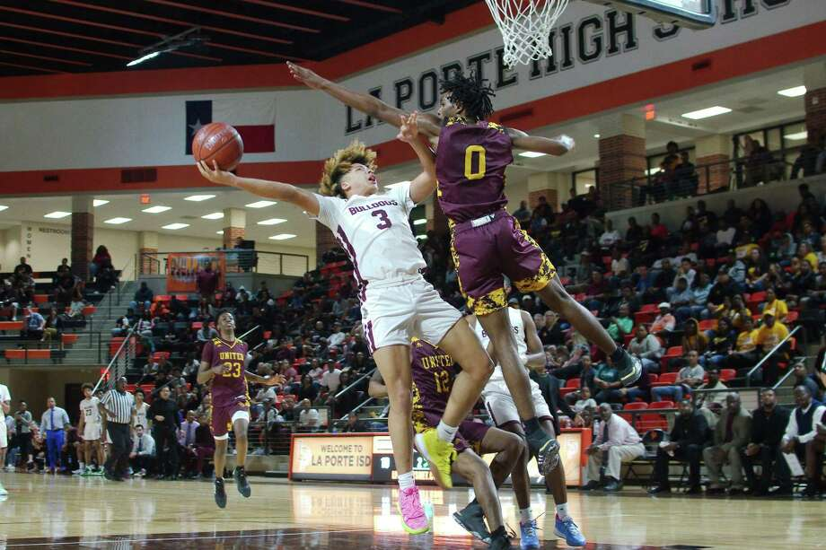 Summer Creek's JaVon Jackson (3) tries to put up a shot over Beaumont United's Kendris Henry (0) Tuesday, Feb. 3. at the La Porte High School Multi-Purpose Facility. Photo: Kirk Sides / Staff Photographer / © 2020 Kirk Sides / Houston Chronicle