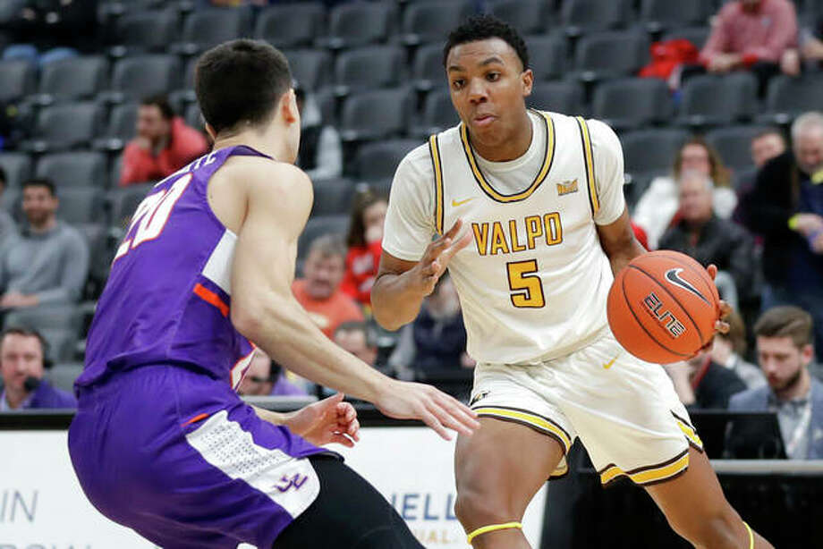 Valparaiso's Donovan Clay (5) heads to the basket past Evansville's Sam Cunliffe during the second half of an NCAA college basketball game in the first round of the Missouri Valley Conference men's tournament Thursday, March 5, 2020, in St. Louis. Photo: Associated Press
