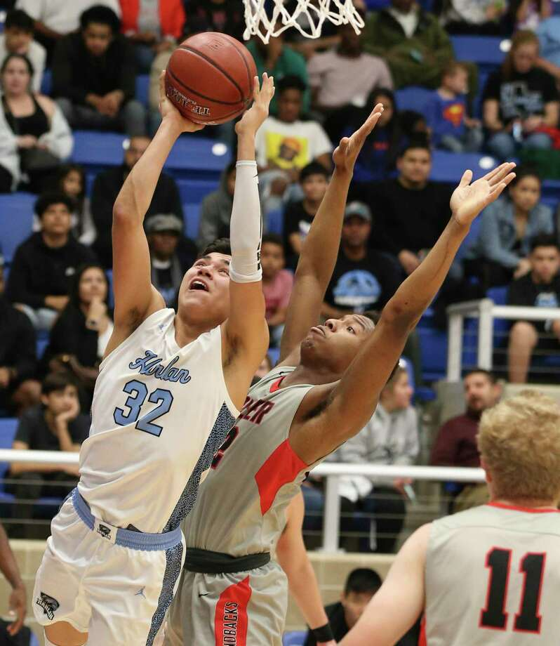 Harlan's Elijah Lomas (32) scores against Sharyland Pioneer's Lavar Lindo (right) during their Boys 5A Regional semifinal basketball game on Friday, Mar. 6, 2020. Photo: Kin Man Hui, San Antonio Express-News / Staff Photographer / **MANDATORY CREDIT FOR PHOTOGRAPHER AND SAN ANTONIO EXPRESS-NEWS/NO SALES/MAGS OUT/ TV OUT