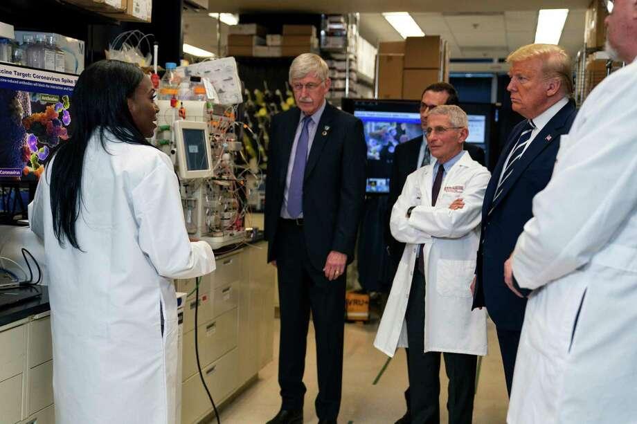 Investigadores hablan con el presidente Donald Trump sobre el desarrollo de una vacuna para el coronavirus, en los Institutos Nacionales de Salud, en Maryland, el 3 de marzo de 2020. Photo: Evan Vucci /Associated Press / Copyright 2020 The Associated Press. All rights reserved