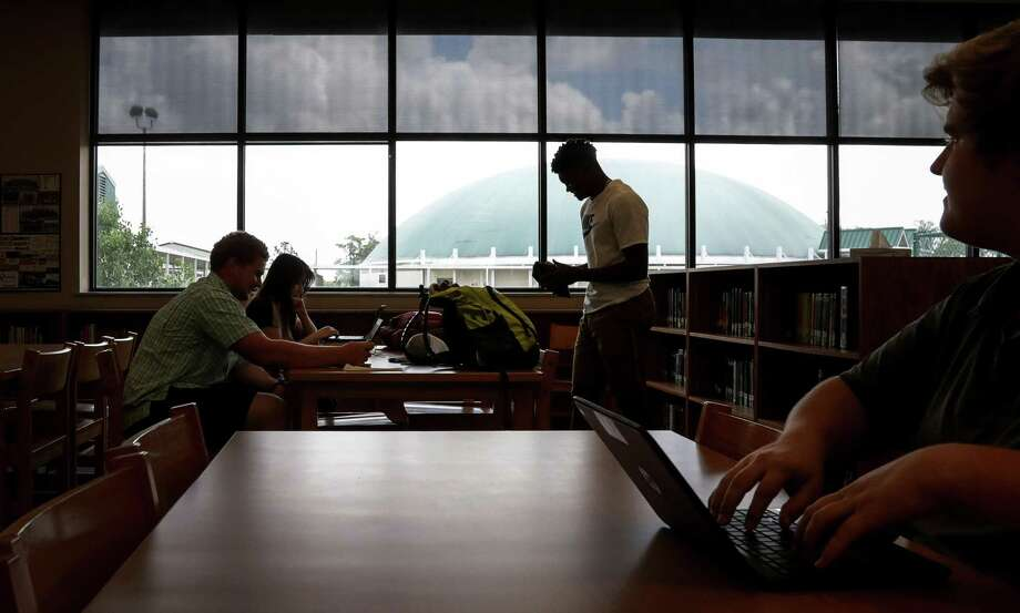 A group of East Chambers ISD students work on the library of East Chambers High School, Friday, May 11, 2018, in Winnie.  ( Jon Shapley / Houston Chronicle ) Photo: Jon Shapley, Houston Chronicle / Houston Chronicle / © 2018 Houston Chronicle