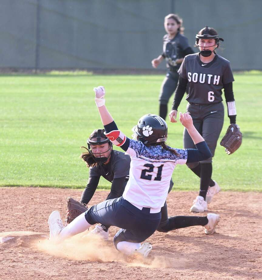 Alexander's Sabrina Arce is forced out at second base by United South's Anitza Gutierrez on Friday at the SAC. Photo: Cuate Santos /Laredo Morning Times / Laredo Morning Times