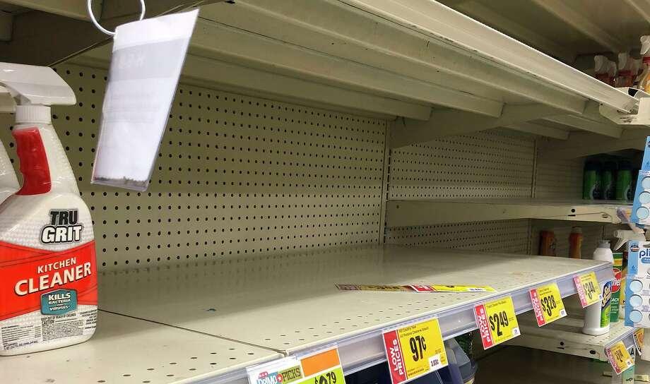 Estantes de desinfectantes y otros productos esenciales de limpieza lucen vacíos en una de las tiendas locales de H-E-B. Photo: Danny Zaragoza /Laredo Morning Times / Laredo Morning Times