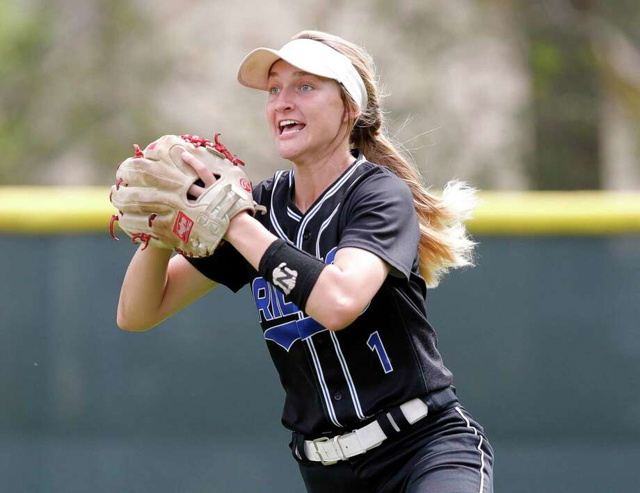 Oak Ridge right fielder Mackenzie Ward (1) looks to throw to second after fielding a fly ball against College Park earlier this season. Photo: Jason Fochtman, Houston Chronicle / Staff Photographer / Houston Chronicle  © 2020