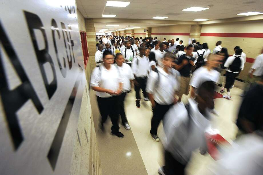 Students make their way through the hallways of Memorial High School's new campus Monday morning.  Guiseppe Barranco/The Enterprise Photo: Guiseppe Barranco / Beaumont