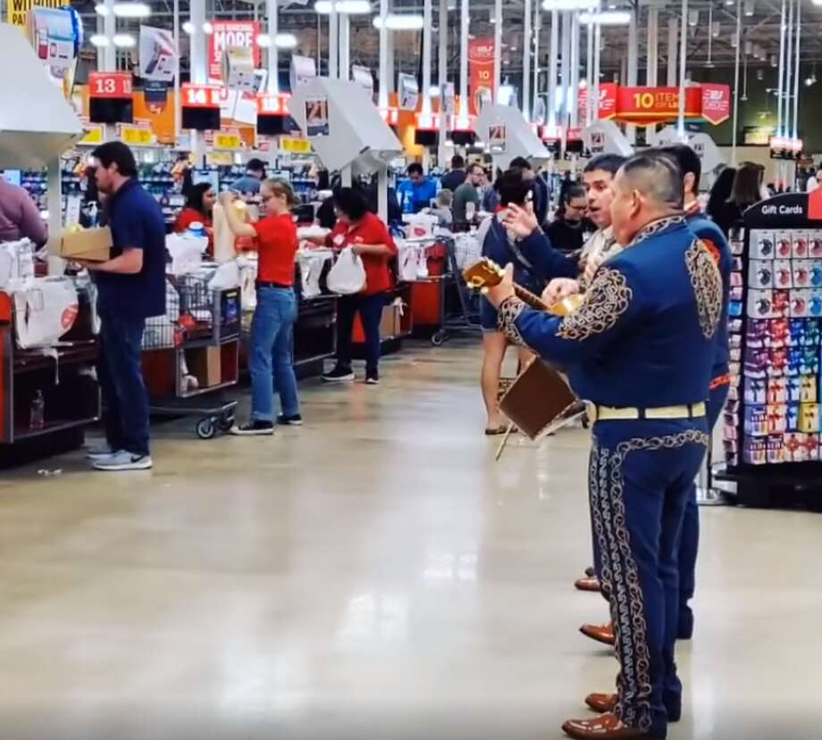 A Texas couple hired a Mariachi group to play for a crowded H-E-B in San Antonio, TX to ease tensions amid COVID-19 concerns. Photo: Courtesy Of Emmanuel N. Maira Mallen