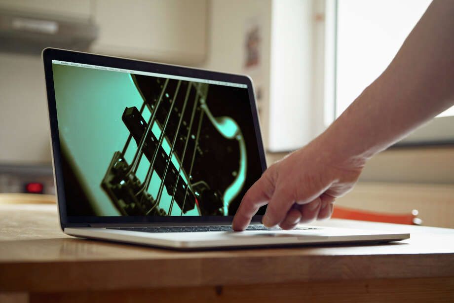 Photo: Photo Illustration Images: Shutterstock (guitar), Getty Images (room, Computer) / Westend61 / Rainer Holz