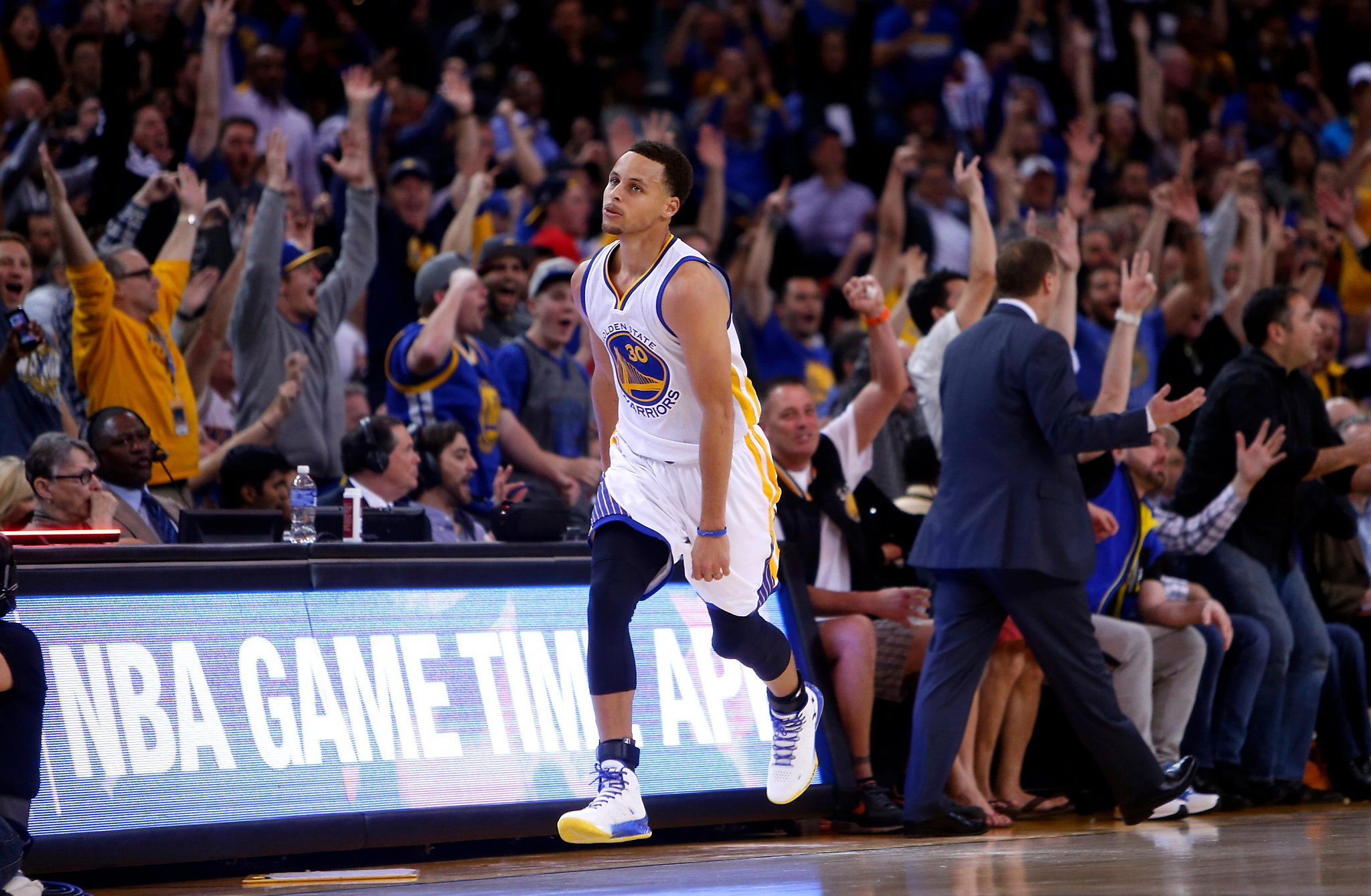 This date in Bay Area sports: Warriors dust Hawks in marquee matchup