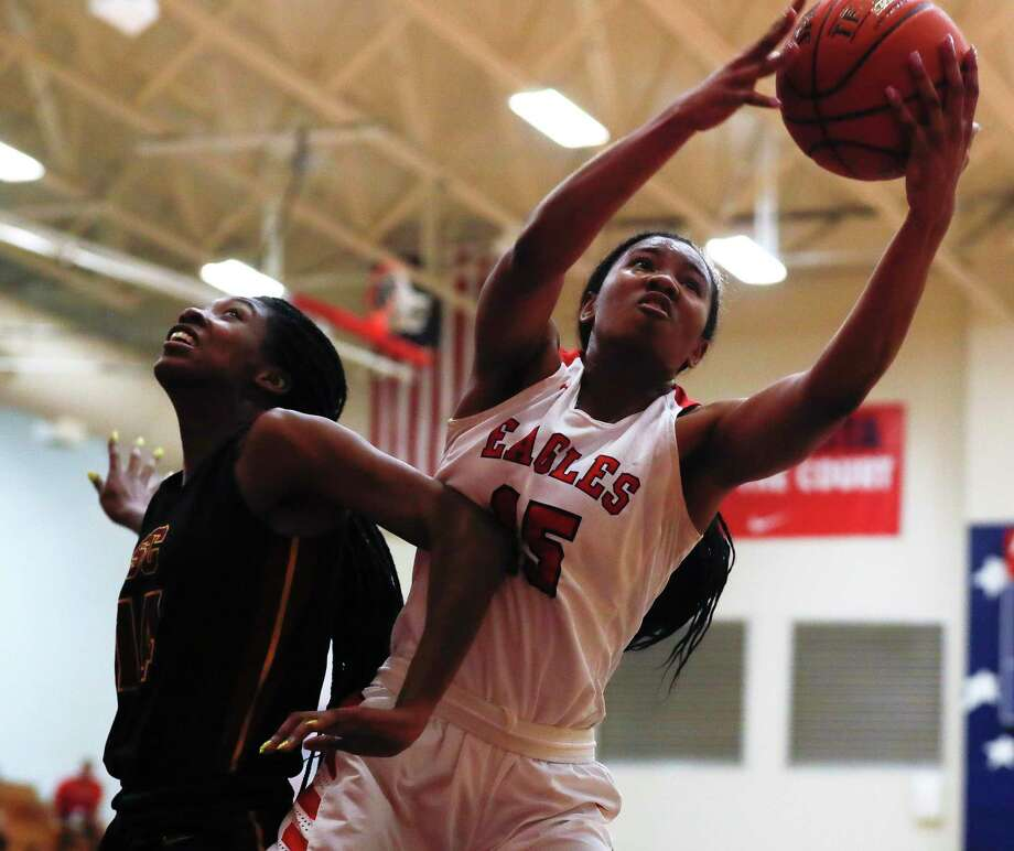 Atascocita center Elyssa Coleman (15) grabs a rebound over Summer Creek forward Maliyah Johnson (14) during the second quarter of a District 22-6A high school girls basketball game at Atascocita High School, Tuesday, Feb. 4, 2020, in Atascocita. Photo: Jason Fochtman, Houston Chronicle / Staff Photographer / Houston Chronicle © 2020
