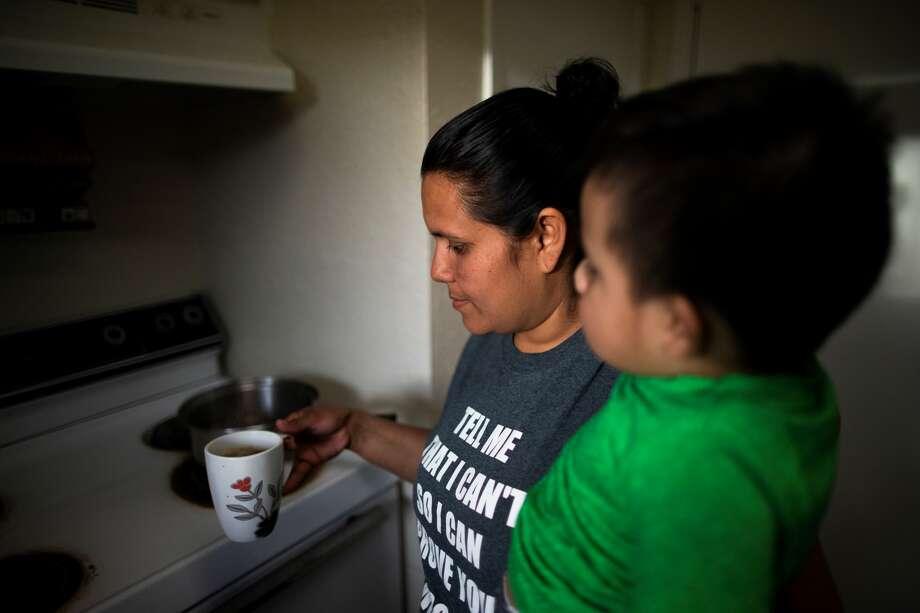 Lurvin Perdomo, de 35 años, prepara té junto a su hijo Carlos Rodríguez, de dos años, el jueves 12 de marzo en Houston. Perdomo está preocupada por la falta de acceso a medicamentos y suministros debido a los efectos de la pandemia del coronavirus. Photo: Marie D. De Jesús / Houston Chronicle
