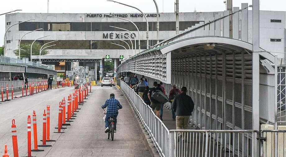 Peatones, conductores y ciclistas cruzan el Puente Internacional Portal de las Américas el viernes 20 de marzo de 2020 después que se impusieran restricciones de viaje en la frontera Estados Unidos-México, en medio de preocupaciones por la propagación del coronavirus. Photo: Danny Zaragoza /Laredo Morning Times