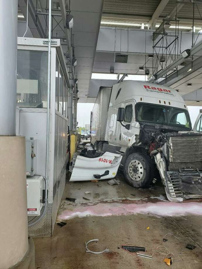 A truck collided with an SUV while allegedly speeding at the U.S. Border Patrol checkpoint on Interstate 35 on Sunday. Photo: Courtesy
