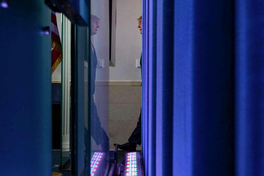 El presidente Donald Trump llega a la sala de prensa James Brady, el martes 24 de marzo de 2020, en Washington. Photo: Alex Brandon /Associated Press / Copyright 2020 The Associated Press. All rights reserved.