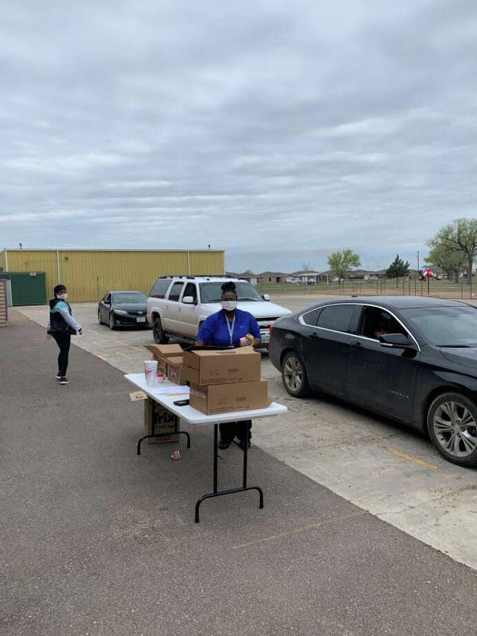 Plainview ISD volunteers provide curbside service to distribute meals to kids on Monday. Photo: Courtesy Photo/Plainview ISD