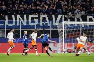 Atalanta goleó 4-1 al Valencia en el partido de ida de los octavos de final de la Liga de Campeones europea en  Milán. Ese partido, según especialistas, disparó los casos de contagio por el coronavirus en Bérgamo, en el norte de Italia.