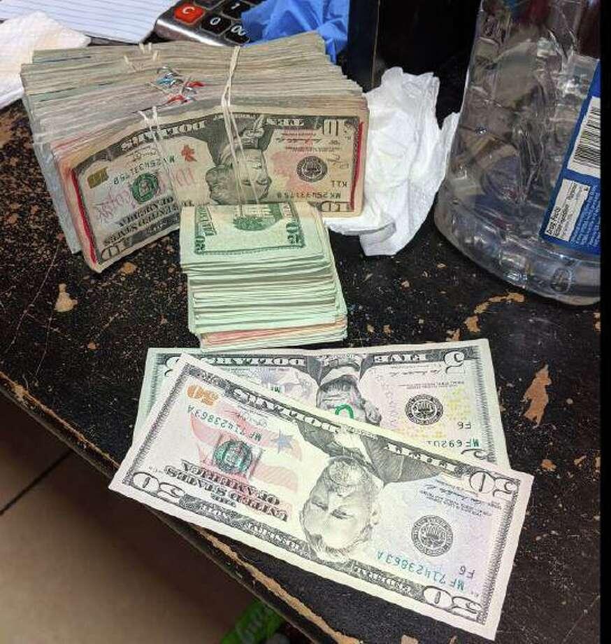 Dinero en efectivo tanto en dólares como en pesos fue decomisado de un local de maquinitas que operaba a pesar de las medidas implementadas por la ciudad para contener la propagación del coronavirus que ha afectado a varias personas en la ciudad. Photo: Gina G. Gonzales /LPD